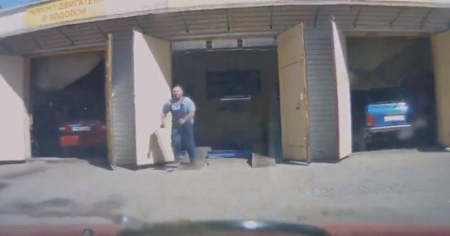 Oficina deixa carro sem querer cair no rio; veja o vídeo